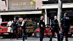2 dead, 5 wounded in suspected terrorist knife attack in France