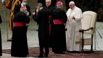 Pope reverts back to mask-less old ways at indoor audience