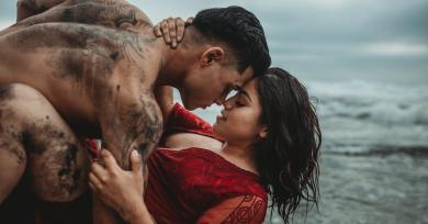 This Couple Met Right Before These Sexy Beach Photos Were Taken - but You'd Never Guess It