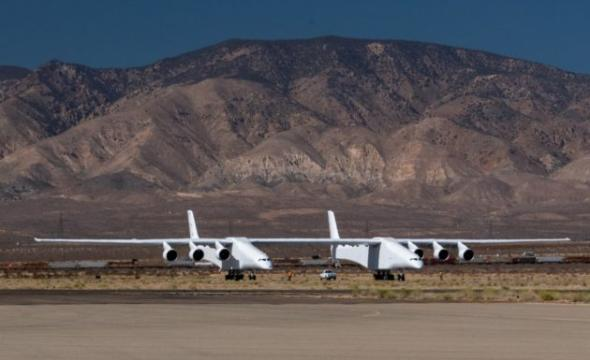 Paul Allen's giant Stratolaunch plane gets closer to first flight with 80 mph taxi test