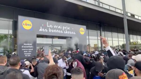Pepper spray and scuffles as bargain hunters crowd Lidl launch in France
